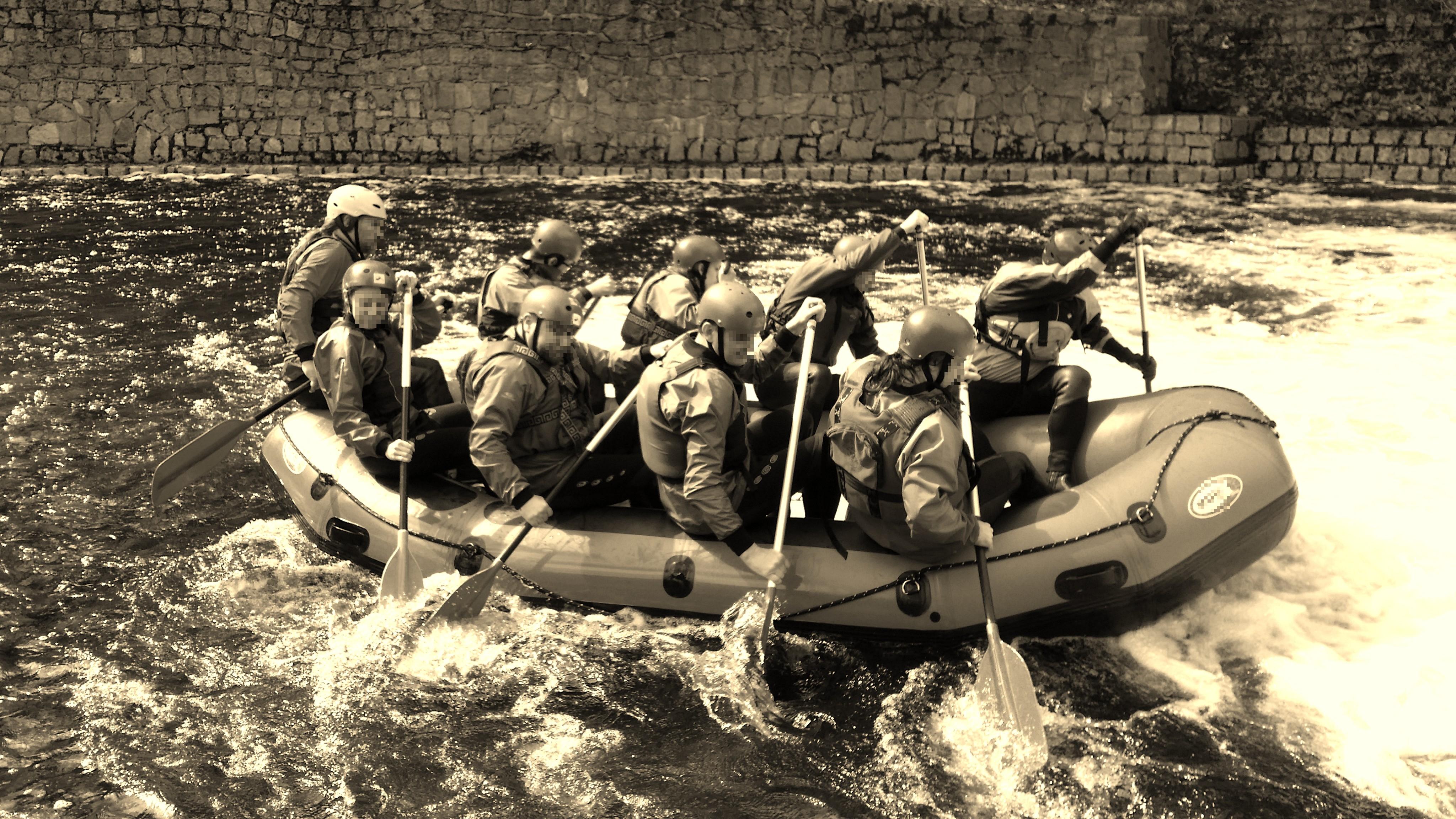 Rafting v přírodních peřejích rozvodněné Jizery